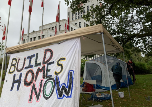 Residents of Oppenheimer Park and activists set up a camp outside Vancouver City Hall to protest their treatment by the mayor. (Kurtis Doering, NEWS 1130 Photo)